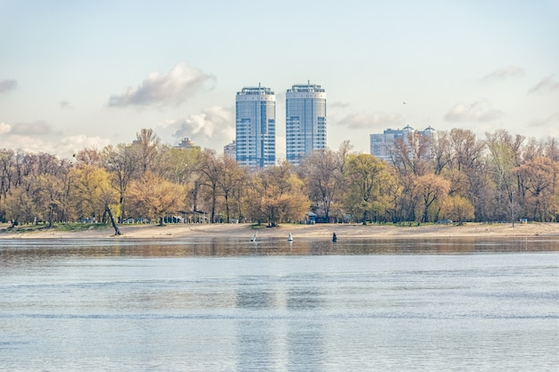 Vista del paesaggio della città con case a kiev, ucraina.