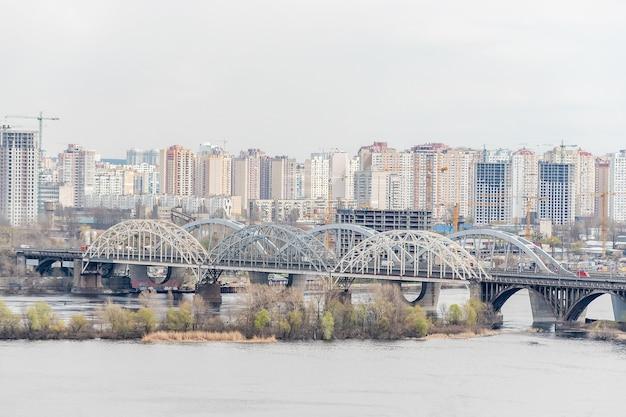 Vista del paesaggio della città con case a kyiv