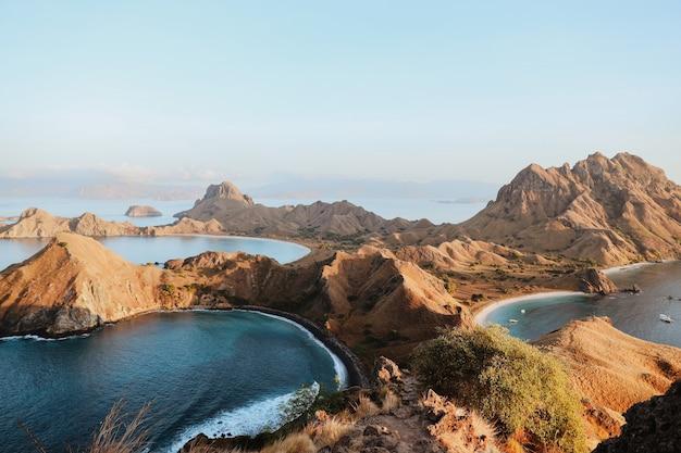 Vista del paesaggio dalla cima dell'isola di padar a labuan bajo