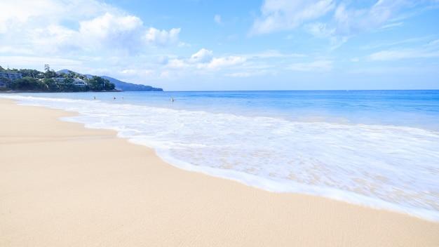 Vista del paesaggio surin spiaggia sabbiosa vacanza estiva phuket thailandia