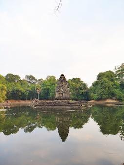 Vista del paesaggio con la riflessione di neak pean o neak poan nel complesso di angkor wat, siem reap cambogia