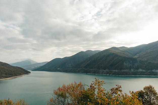 Abbellisca la vista con le nuvole spesse del bacino idrico di zhinvali del paese di goergia.