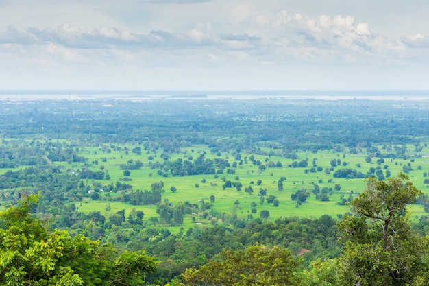 Punto di vista paesaggistico nonurbano con cielo e nuvole, provincia di sakon nakhon, thailandia