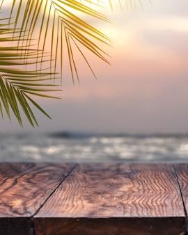 Abbellisca la natura d'annata della palma da cocco sul cielo di tramonto della spiaggia tropicale con la vista prospettica dello scaffale del piano d'appoggio di legno vecchio d'annata per promuovere il concetto del prodotto.