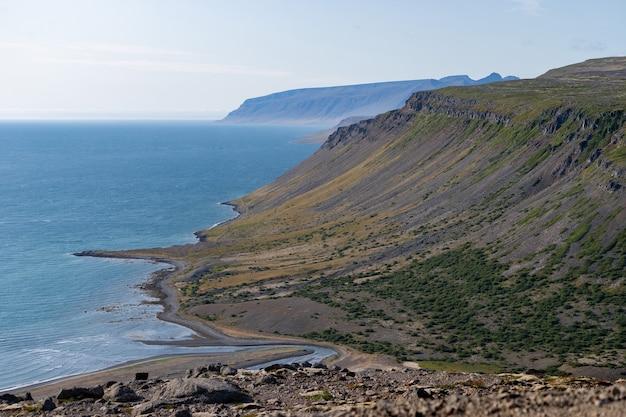 Paesaggio del fiordo occidentale con cielo nuvoloso - islanda