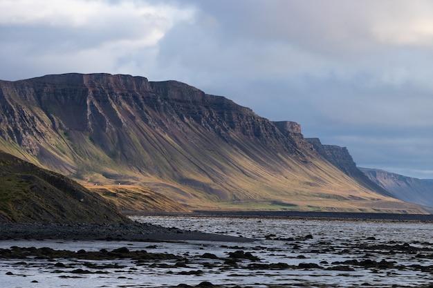 Paesaggio del fiordo occidentale con cielo nuvoloso