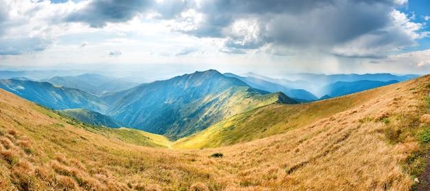 Paesaggio con montagne blu, cielo e nuvole. panorama di montagna ad alta risoluzione
