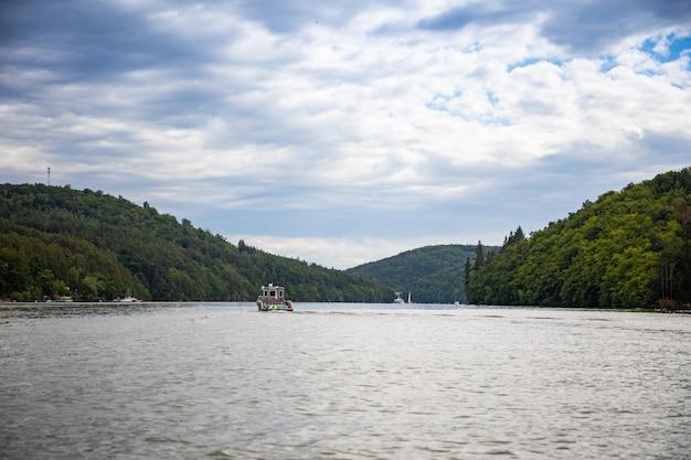 Paesaggio con barca della polizia sul lago slapy boemia repubblica ceca europa
