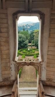 Paesaggio con graden attraverso la finestra nel monastero della certosa di padula in campania in italy