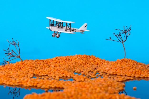Paesaggio con isole nel mare e un modello di un vecchio aereo