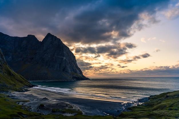 Paesaggio con spiaggia e montagna kvalvika, lofoten, norvegia