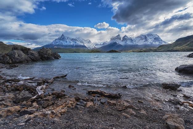 Paesaggio con il lago lago del pehoe nel parco nazionale torres del paine, patagonia, cile.