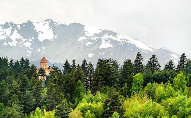 Paesaggio con una solitaria chiesa ortodossa nelle montagne del caucaso di svaneti, georgia