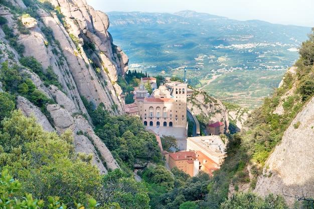 Paesaggio con la montagna di montserrat e il famoso monastero al suo interno