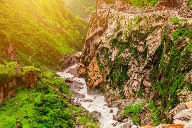 Paesaggio con fiume di montagna