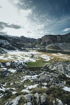 Colpo paesaggistico della catena montuosa innevata
