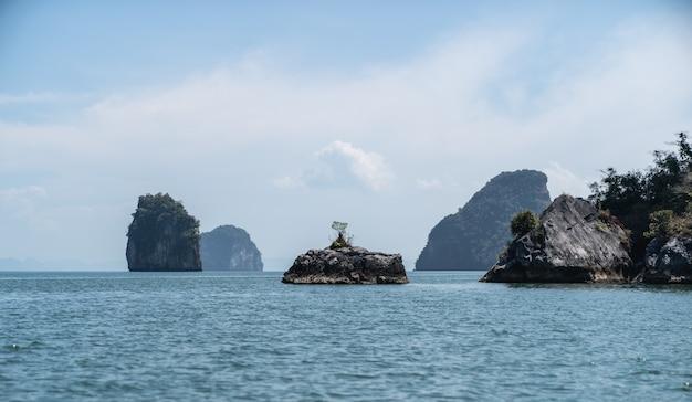 Paesaggi del parco nazionale di phang nga, isola di roccia thailandia.