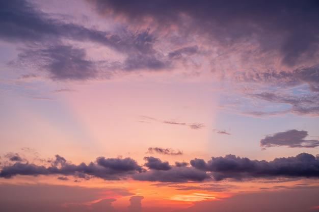 Cielo al tramonto crepuscolare di paesaggi con sfondo di nuvole