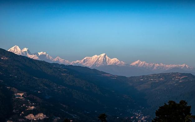 Vista della catena montuosa di langtang da kathmandu, nepal.
