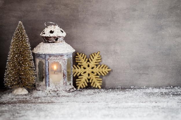 Lanterna con candele, decorazioni natalizie.