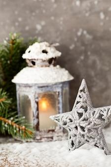 Lanterna con albero di natale, decorazioni natalizie.