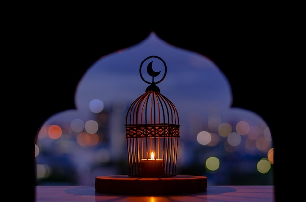 Lanterna con luce bokeh città.