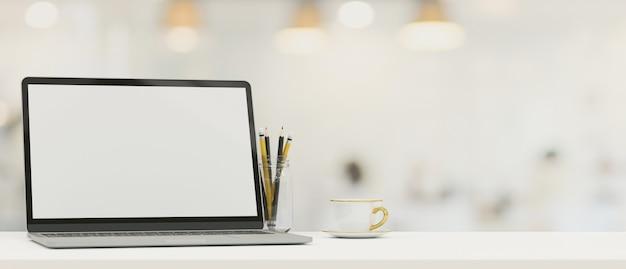 Modello di schermo vuoto del computer portatile sul ripiano del tavolo con spazio di copia per il montaggio su sfondo sfocato 3d