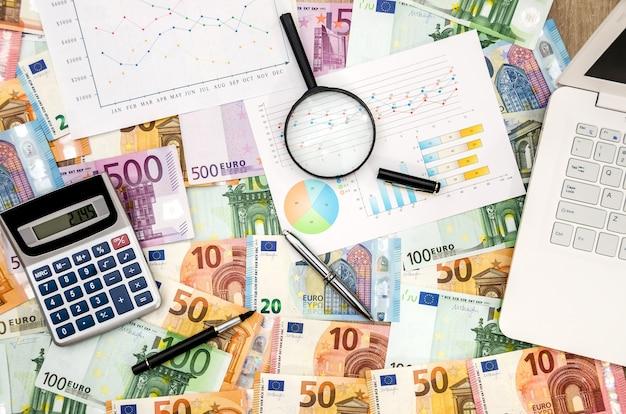 Computer portatile e calcolatrice sullo sfondo dell'euro