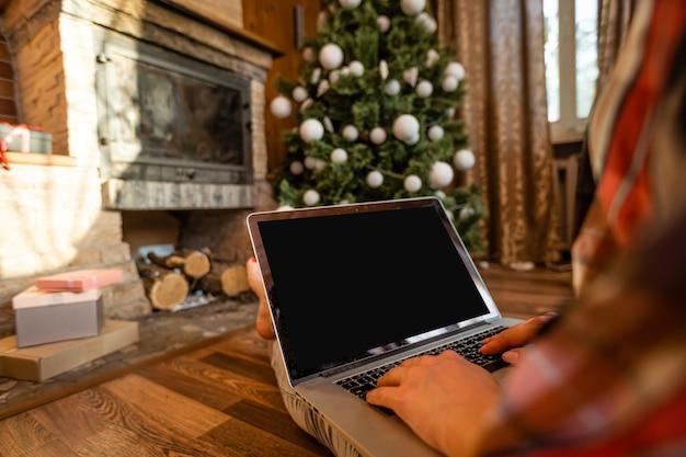 Laptop e albero di natale in una vecchia casa di legno