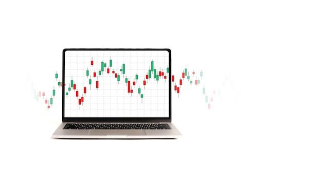 Computer portatile con grafico del mercato azionario rosso e verde su sfondo bianco, investimento di valore e concetto di compravendita di azioni.
