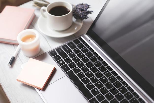 Laptop e una tazza di caffè.