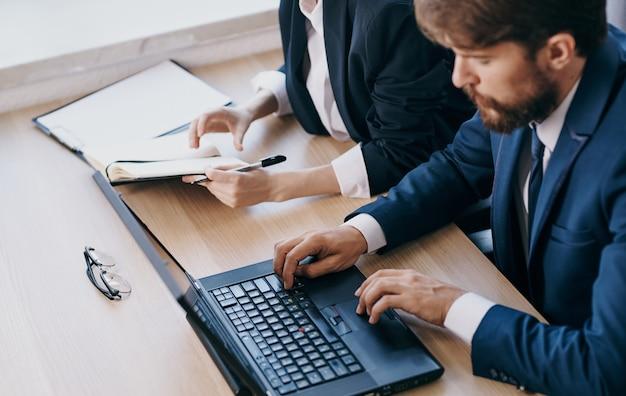 Apprendimento dell'ufficio del lavoro di comunicazione di tecnologia desktop del computer portatile. foto di alta qualità