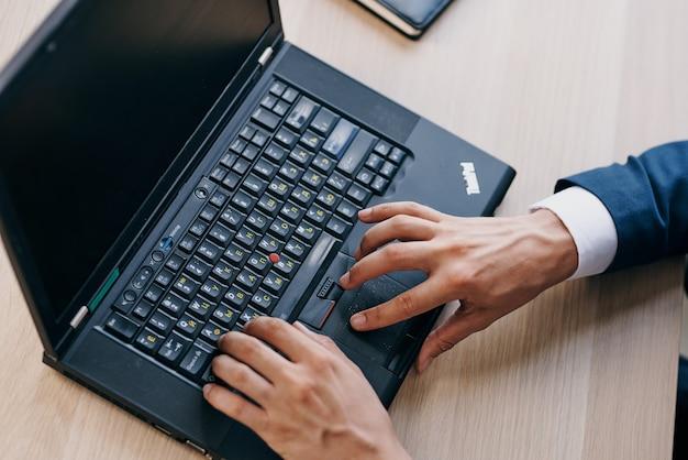 Laptop desktop tecnologia lavoro stile di vita in ufficio. foto di alta qualità