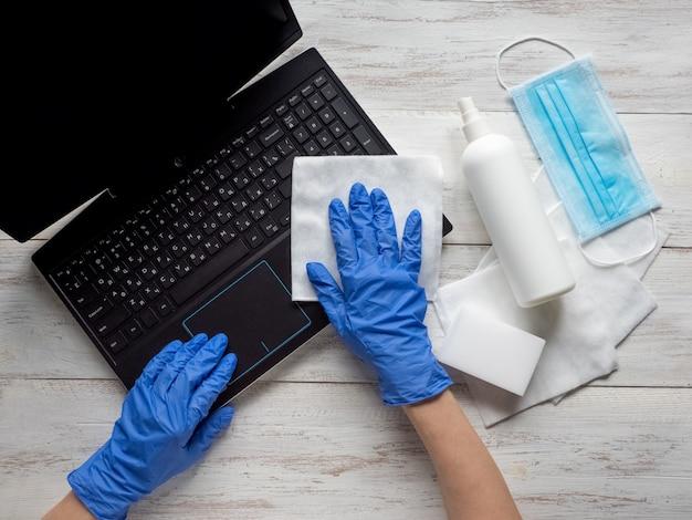 Disinfezione del laptop per proteggersi da batteri e virus