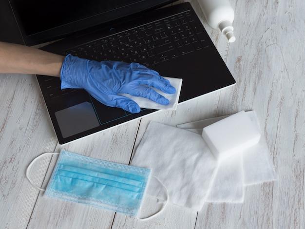 Disinfezione del laptop per proteggersi da batteri e virus, stare a casa, lavorare in remoto