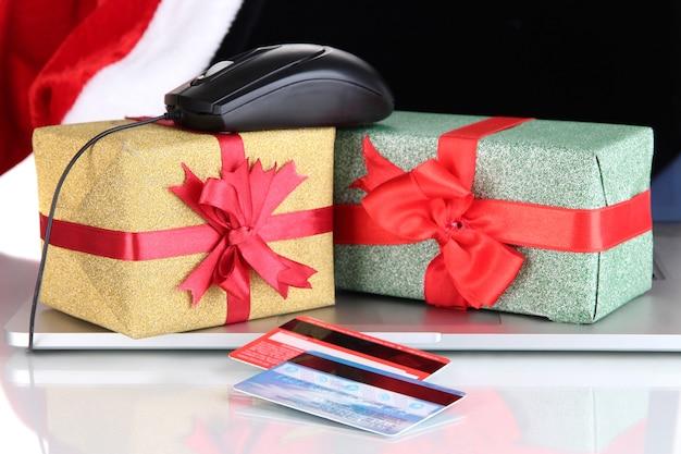 Computer portatile, regalo e mouse del computer isolato su bianco