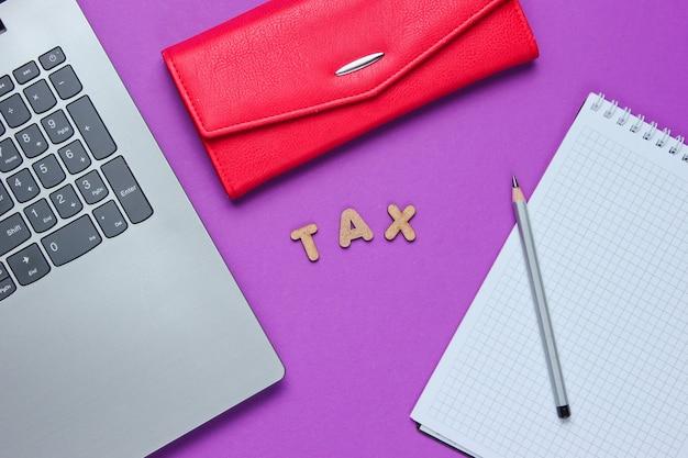 Computer portatile e taccuino con una matita vicino al portafoglio