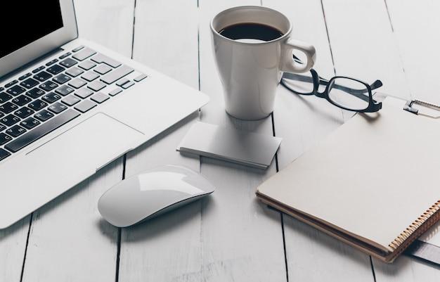 Laptop e altri dispositivi elettronici nell'area di lavoro