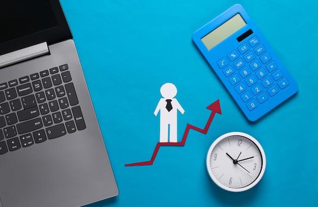 Computer portatile, uomo di carta sulla freccia di crescita, sull'orologio e sulla calcolatrice. blu. simbolo di successo finanziario e sociale, scala per progredire