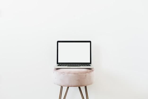 Laptop su uno sgabello. copia il modello di mockup dello spazio su bianco