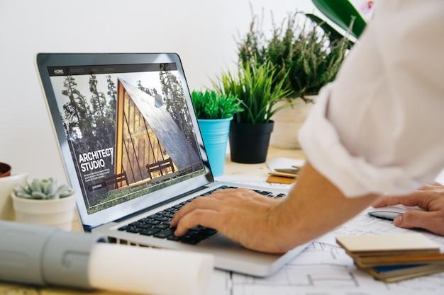Computer portatile con sito web di architettura sullo schermo