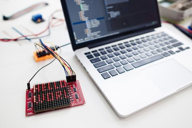 Computer portatile con display a matrice di led collegato.