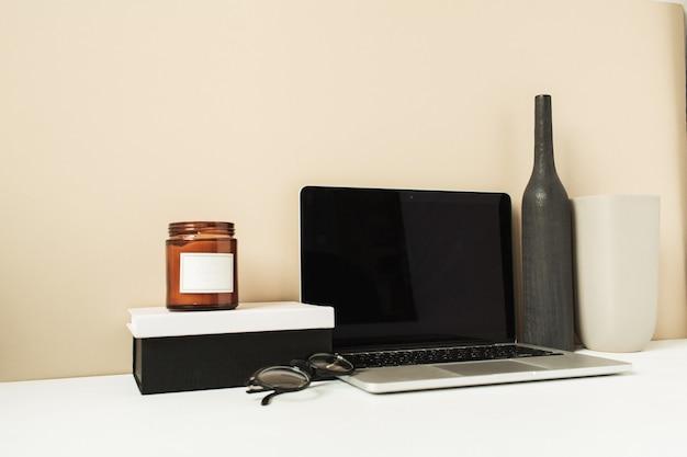 Computer portatile con schermata di spazio vuoto copia mockup sul tavolo. area di lavoro scrivania da ufficio con decorazioni
