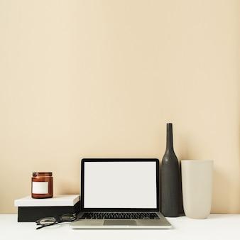 Computer portatile con schermata di spazio vuoto copia mockup sul tavolo