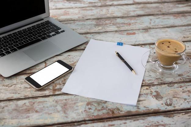 Computer portatile con smartphone e tazza di caffè