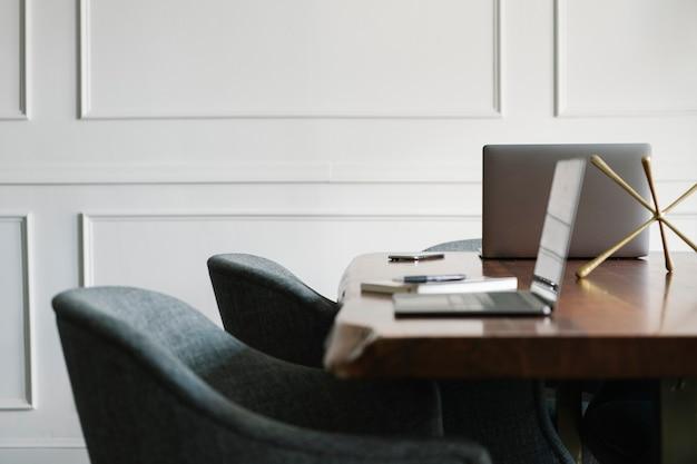 Computer portatile su un tavolo di legno in una sala riunioni
