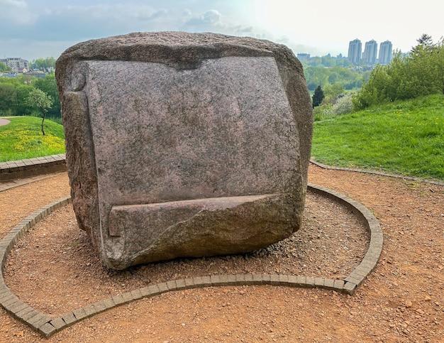 Una grande pietra antica è installata nel parco con mockup