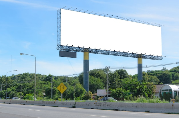 Grande tabellone per le affissioni in bianco situato sul lato della strada.