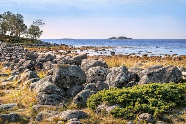 Grandi massi nelle gabbie filippovsky sulle isole solovetsky tra le acque blu del mar bianco
