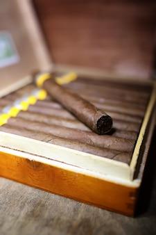 Grande scatola di sigari cubani su un tavolo di legno in una confezione presentabile
